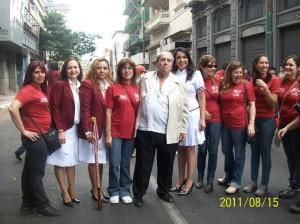 El extinto profesor Carlos Granada posando con algunas ex alumnas del CRESR en el desfile estudiantil del 2011