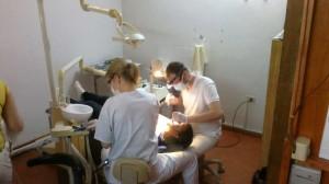 Dos de los cuatro profesionales alemanes en plena acción. Fue el lunes con niños del Instituto Antonio Próvolo