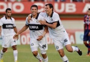 Olimpia hunde al Ciclón. En una nueva edición del Superclásico, el franjeado logra una importante victoria anímica y lo deja en la cola a Cerro Porteño.