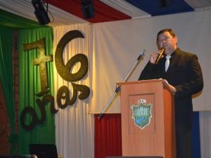El intendente de Villa Elisa, Lider Amarilla dirigiéndose al público en la noche del festival.