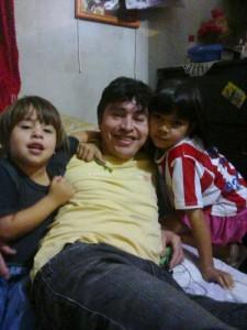 Sus dos hijos y su pareja