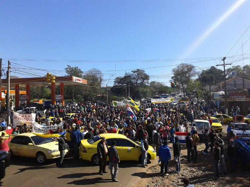 Imagen de esta mañana donde mucha gente protestaron por el tema límites de Capiata con Reducto San Lorenzo