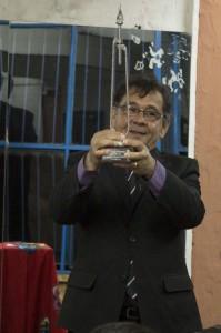 Daniel Vargas sosteniendo en alto su reconocimiento.