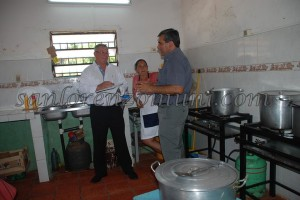 Concejales Eugenio Garcete y Elvio Caballero controlando la calidad de los almuerzos. (Imagen: Prensa Municipal)