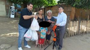 Momento de la entrega de víveres a la familia Cano. Izq. Dr. Freddy Khonter