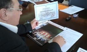 El concejal Pastor Benítez mostrando su certificado de participación durante la Sesión Ordinaria.