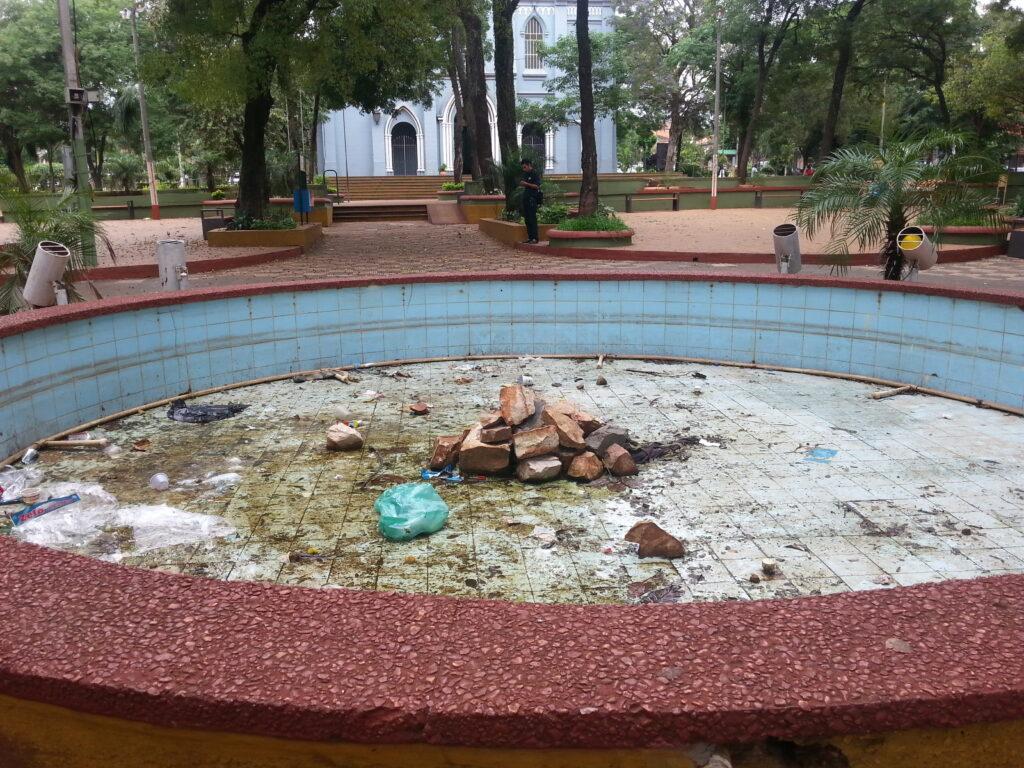 Estado actual de la fuente de la plaza Cerro Corá