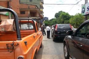 En el medio de la calle y esquina de Defensores del Chaco y Cnel Romero, se le ocurre pedir documentos del vehículo. (Click para agrandar imagen)