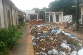 Basuras acumuladas en el cementerio de San Lorenzo