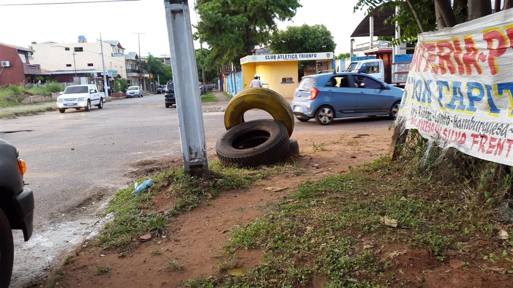 Para evitar la enfermedad se debe erradicar criaderos de mosquitos. (Imagen tomada ayer en la esquina de Buenos Aires y Sgto Silva de San Lorenzo)