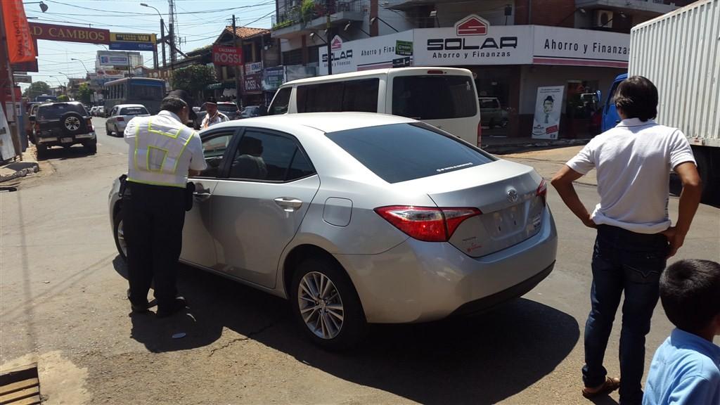El inspector de transito hablando con el conductor del vehiculo en plena bocacalle de Ruta Mcal Estigarribia y España