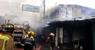 El intenso trabajo de los bomberos duró más de seis horas. Foto: Última Hora. Raúl Cañete.