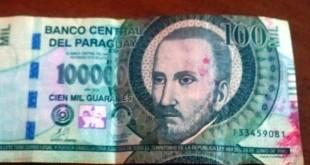 """""""Si el dinero no es parte del botín robado, se le devolverá el efectivo"""", explicó el comisario Cañete. Foto: ABC Color."""