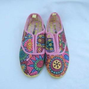 Calzado juvenil, colorido y fresco con diseños florales hechos por Maximiliano. Fuente: Facebook.