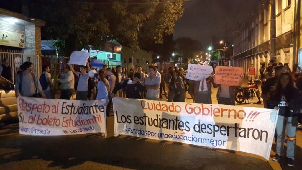 Los estudiantes salieron frente al colegio para protestar. (Foto gentileza)