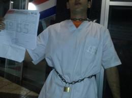 El estudiante que se encadenó esta noche a una columna de la UNISAL