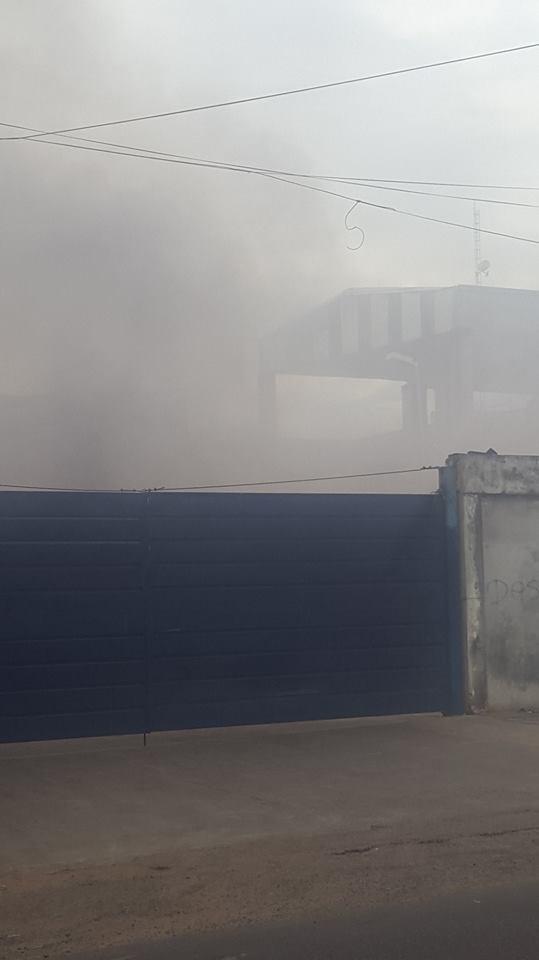 El espeso humo primero asustó a los vecinos del supermercado. Imagen gentileza, Naty Delgado