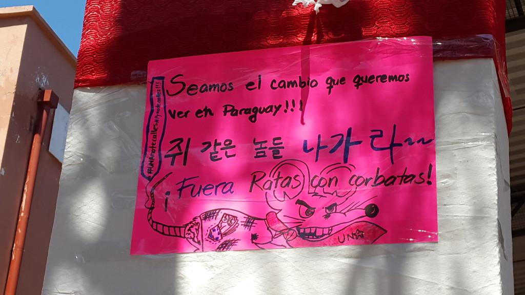 El carte que fue colocado por las mellizas Pedrozo, esta en parte en idioma coreano