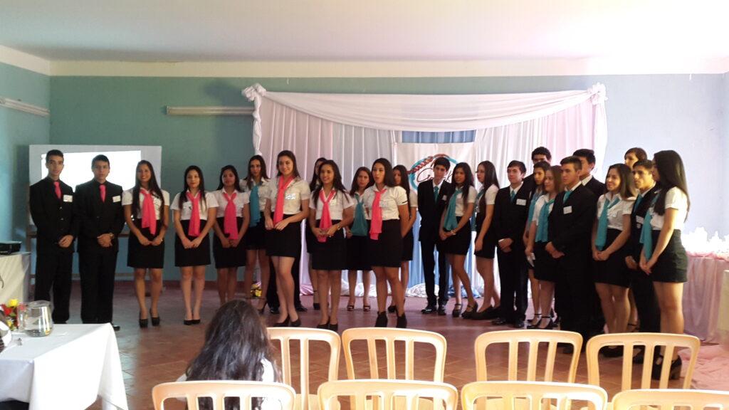 Grupo completo de alumnos del tercer año en Administración de Empresas y Negocios