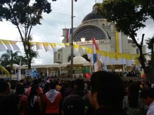 Miles de jóvenes participan de la misa en Caacupe. (Imagen gentileza Milagros Morel).