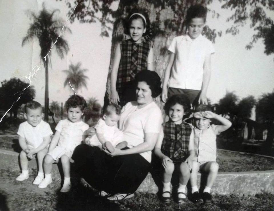 Aqui la artista con sus siete hijos (Imagen bajada de la página del facebook de Keka Zaldivar)