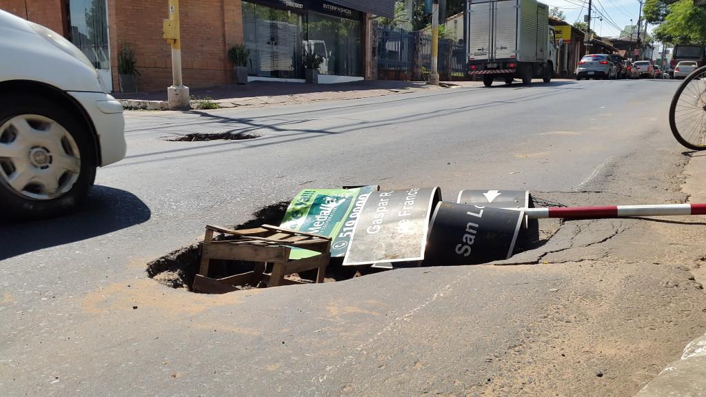 Paradógicamente el señalero usado para alertar del agujero es la misma que tiene las nomenclaturas de ambas calles