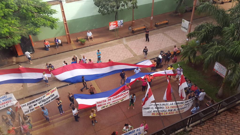 Mientras el grupo hablaba con los concejales otro grupo se manifestaban fuera del edificio municipal.