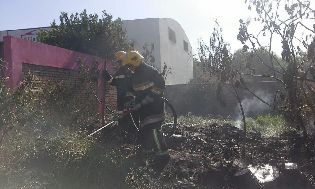 El fuego de ayer llegó a calentar una pared perteneciente a una pinturería