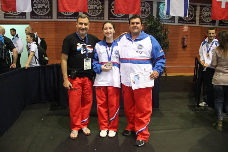 Silvio Ávalos (padre de Célia), Célia Ávalos Cardozo (centro) y el instructor Walter Peña (derecha)
