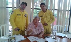 Bomberos en el despacho del intendente Ferrer donde se firmó la resolución. (Imagen gentileza Tte. Alvaro Méndez)