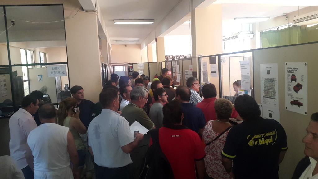 La aglomeración de gente empeoró por la falta de materiales. (imagen ayer miercoles 18)