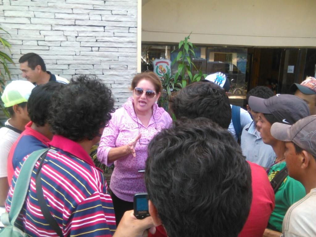 Los limpiavidrios fueron llamados frente a la comisaría de la ciudad desde donde los de la empresa les llevaron a mostrar el trabajo que tienen que hacer.
