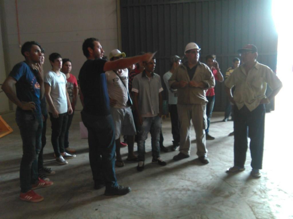 El propio supervisor de la empresa recorrió con el grupo el local de trabajo explicándoles lo que deben realizar.
