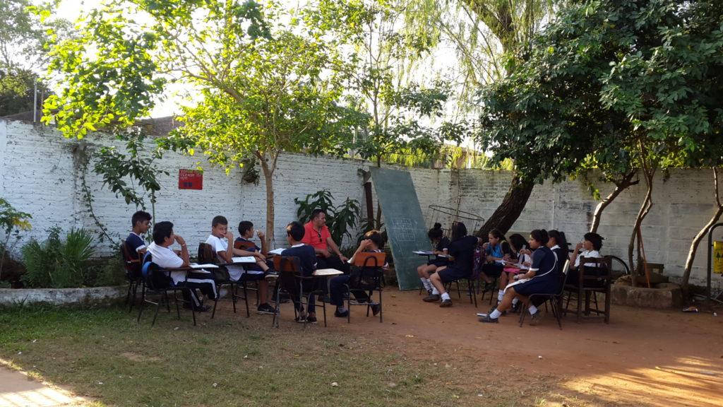 Imagen de ayer donde los niños del 9no grado dan clases bajo el árbol