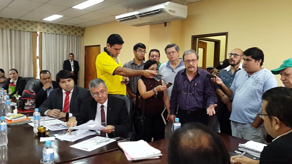 El Dr. Pedro Patiño, explica a los concejales una posible salida por el tema de los buses del Metrobus