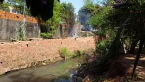 El arroyo San Lorenzo se contamina en toda su extensión, no sólo en los barrios alejados del centro. (Imagen archivo.  Frente a empresa Oschi)