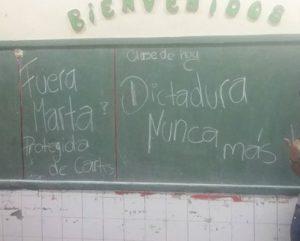 Evidente el mensaje de la pizarra que fue escrita hace mas de 20 hs. (imagen facebook Camila Benitez)